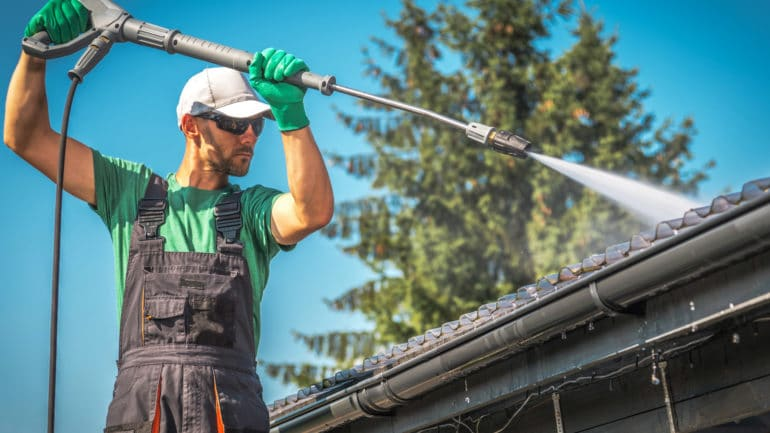 Nettoyage toiture : comment s'y prendre ?