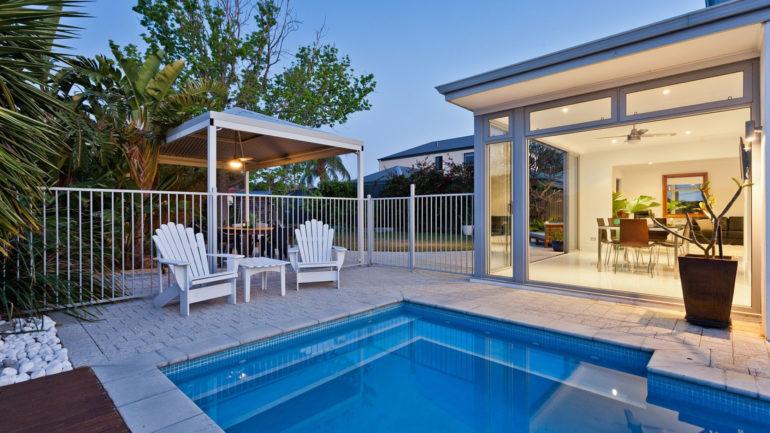 Aménagement de son extérieur : abri piscine ou véranda ?